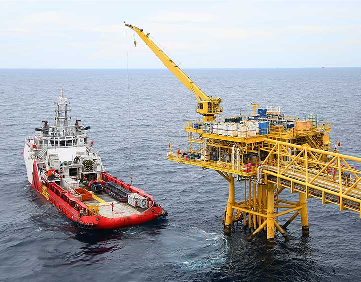 Oil rig and workboat equipped with TracPhone antenna